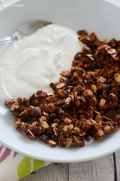 Nutella Granola Recipe ~ Easy Homemade Granola Recipe That Anyone Can Make! Oats and Chopped Hazelnuts Coated in Nutella and Loaded with Chocolate Chips! Prefect for Breakfast or a Healthy Snack! B Food, Love Food, Lchf, Brunch Recipes, Dessert Recipes, Brunch Ideas, Dinner Ideas, Easy Granola Recipe, Homemade Cereal