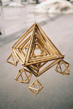 Latvian tradicional straw decorations - Puzurs (by Elina Kalva) Straw Sculpture, Mobile Sculpture, Straw Decorations, Christmas Decorations, Matchstick Craft, Corn Dolly, Straw Art, Origami, Ap Studio Art
