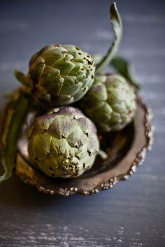 Food Styling: three green Artichokes arranged in a brown bowl | vegetable: artichoke . Gemüse: Artischocke . légume: artichaud | Photo: Kankana Saxena @ flickr |
