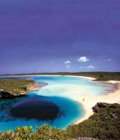 Kaapverdië, officieel de Republiek van Cabo Verde, is een eiland land verspreid over een archipel van 10 vulkanische eilanden in de centrale Atlantische Oceaan. Gelegen 570 kilometer (350 mijl) van de kust van West-Afrika, de eilanden beslaan een totale oppervlakte van iets meer dan 4000 vierkante kilometer (1500 vierkante mijl). http://worldstag.blogspot.com/2014/03/cape-verde_28.html