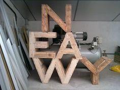 Separador de ambientes-librería de madera reciclada.