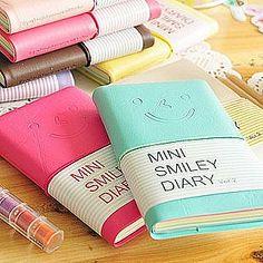 Efectos de escritorio lindos.  Sonrisa párrafo diario chaqueta de cuero libreta pequeña ...