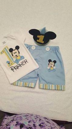 Si te gusta bebé MICKEY MOUSE, este es el traje para la fiesta. Este cumpleaños traje es perfecto para el cumpleañero de llevar a su partido impresionante! El equipo tiene la opción de ordenar los cortos con Mickey bebé bordado en la pierna con el borde rayado por un precio y los cortos de bebé azules con rayas dobladillo también pero no Mickey bebé bordado en la pierna por un precio inferior. Este equipo está emparejar la decoración de cumpleaños primer bebé Mickey. Ambas opciones vienen...