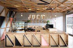 El estudio de diseño Biasol ha sido el encargado del proyecto de interiorismo de la cafetería Jury, ubicada en la antigua prisión de Pentridge (Australia). El espacio mezcla los muros originarios de la cárcel de piedra azul con los elementos fabricados en madera clara: barra, mesas, sillas, etcétera.