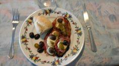 Milanesas de berenjena caseras con salsa de tomate , jamón ,queso ,aceitunas  y orégano . Lo que nunca falta es el pan !!! Son riquísimas !!!!