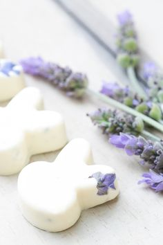 These white chocolate bunnies with lavender are very easy to make and adorable for easter! Add them to a dessert platter or serve on each place setting. They're absolutely adorable! Chocolate Bunny, White Chocolate, Chocolate Covered, Yummy Treats, Sweet Treats, Delicious Desserts, Dessert Platter, Culinary Lavender, Easter Treats
