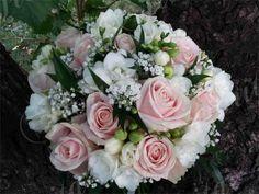 kvetinarstvi-praha-svatebni-kytice-ruze-frezie-nevestin-zavoj-1