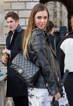 b4ca519421ab3f #Chanelhandbags Chanel Double Flap, Chanel Street Style, Medium Bags, Chanel  Classic Jumbo