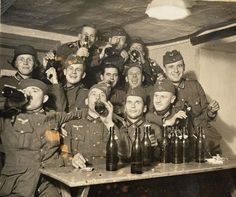 Beer time German Soldiers Ww2, German Army, Akashic Records, Native American History, Us History, Historical Pictures, Panzer, Vietnam War, World War Two
