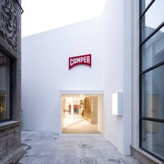 The front of the shop echoes a traditional narrow Shangai alley, while the side is cut away to give a vast double level cross section – two completely different interpretations of one space...