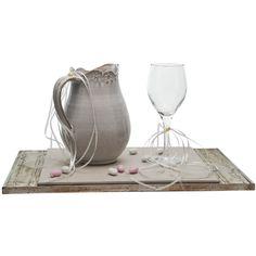 Το σετ γάμου αποτελείται ένα δίσκο από ξύλο χειροποιίητο σε ιβουάρ και ασημι χρώμα, μία χειροποίητη κεραμική κανάτα στολισμένη με κορδελάκια και πέρλα και ένα κρυστάλλινο οικολογικό ποτήρι με τον ίδιο στολισμό. Για αυτούς που αγαπάνε την παραδόση!