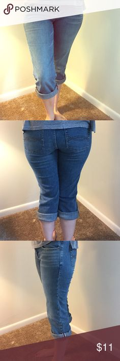 Abercrombie & Fitch Women's Capri Jeans- Size 8 Absolutely adorable smoke free, damage free Capri jeans by Abercrombie & Fitch. Size 8. Stretch Abercrombie & Fitch Jeans