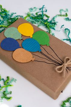 Use kraft paper and a balloon paper punch to create this festive wrapped gift bunch. Cute Gift Wrapping Ideas, Creative Gift Wrapping, Gift Wrapping Paper, Christmas Gift Wrapping, Diy Birthday Gift Wrapping Ideas, Creative Birthday Gifts, Birthday Gift For Him, Creative Gifts, Birthday Diy