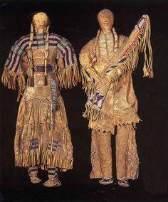 Куклы, Сиу. Период 1875-1900. Коллекция Fenn. Высота около 20 дюймов. Sotheby's.  Splendid Heritage.