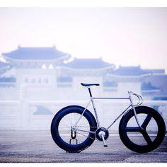 . . Rossin  Taipei CKS Memorial Hall . . #nitto_b127 #fixedgear #fixie #street #bicycle #cycling  #fixed #trackbike #픽시 #bikeporn #keirin #競輪  #vscocam #vsco #Rossin #RossinTrack #FTrossin