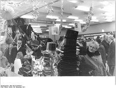 """Neujahr, Blick in ein Kaufhaus  ADN-ZB Sturm 29.12.71 Berlin: Silvester naht, und wer noch keinen Hut bzw. keine Pappnase hat, besorge sich schleunigst diese """"notwendigen"""" Scherzartikel. Das Centrum-Warenhaus am Alex bietet eine reichliche Auswahl an.  Abgebildeter Ort Neujahr  Datum 29. Dezember 1971"""