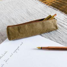 Verschwinden deine Lieblingsschreiber auch immer? Mit diesem kleinen aber feinen Schreibetui aus organischer Cellulose passiert das nicht mehr. Das Etui bietet Platz für deine Lieblingsschreiber und passt wunderbar in jede Akten- oder Handtasche. Erhältlich ist es in einem edlen dunkelgrau oder einem eleganten Olivgrün. Und sollte es mal schmutzig werden, kannst du es von Hand mit etwas Seife waschen.