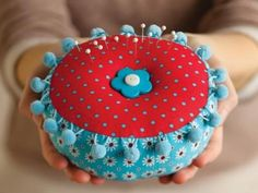 Free pattern for cute pincushion. I like that it's a big pincushion !