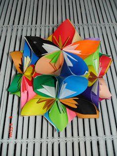 http://whimsicalworldoflaurabird.blogspot.gr/2010/11/origami-flower-ball-tutorial.html