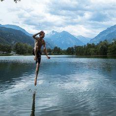 #Waterline na cidade de Meiringen, Suíça. @wimsijbers  #slackclick #slackline #esporte #arlivre #montanha #mente #equilibrio #yogatime #slacklining