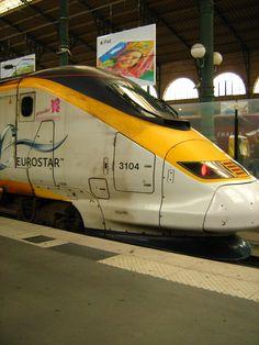 A viagem de trem Londres a Paris sob o Canal da Mancha através da Eurostar.