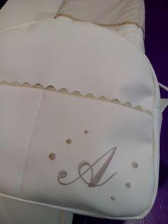 bebeteca. Bolso de polipiel blanco roto personalizado en camel.
