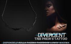 Divergent - Tris Prior's Tattoo  La fantastica collana dedicata al tatuaggio di #Tris, presente nella famosa trilogia di #VeronicaRoth e nel film con #ShaileneWoodley e #TheoJames, #Divergent! Quante di voi hanno sognato di fare quel tatuaggio? Rappresenta ciò che #Tris ha dovuto abbandonare per realizzare se stessa e noi ne abbiamo fatto una collana mozzafiato!  Quindi cosa aspettate? La collana è disponibile solo su #LumosMaxima!  Per tutte le info fantasyonlineshop@live.com