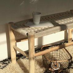 Banquette en cordeBanquette en corde et bois de laurier fabriquée artisanalement au Maroc.Cette pièce peut être utilisée en bout de lit, en petit banc pour enfants, elle trouvera sa place dehors, autour d'un bassin, mais aussi autour d'un brasero à la nuit tombée pour partager un moment entre amisNous aimons l'idée d'intégrer ce petit banc dans nos intérieurs contemporain. Le mélange de styles est toujours un exercice intéressant. Chaque piece est unique. Des irrégularités peuvent…