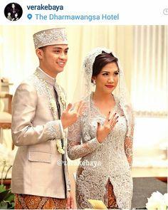 Grilling gift ideas [for men and women] Traditional Wedding Dresses, Traditional Outfits, Muslim Fashion, Hijab Fashion, Indonesian Wedding, Kebaya Muslim, Wedding Poses, Wedding Ceremony, Bridal Style