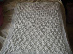 Copertina bianca per carrozzine e/o culla fatta ai ferri in pura lana ..schema.