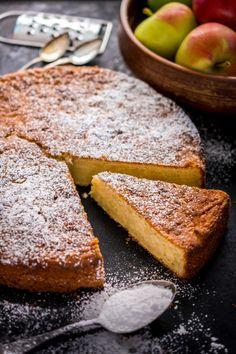 Raasta syksyn omenasadosta osa tähän maukkaaseen omenakakkuun. A Food, Food And Drink, Swedish Recipes, My Cookbook, No Bake Desserts, Deli, Cornbread, Banana Bread, Biscuits