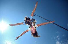 Der Tandem Bungee Sprung Gutschein bietet den Adrenalin Kick aus 50 Meter Höhe zu Zweit mit deiner Freundin, Mama, Oma, Opa und allen die dir nahe stehen und mit dem oder der du den Absprung wagen würdet.