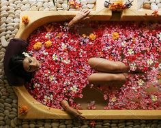Overhead shot of woman relaxing in bathtub with flower petals. Female taking flower bath at spa center. Jacuzzi, Ubud Hanging Gardens, Deco Spa, Entspannendes Bad, Spa Luxe, Best Boutique Hotels, Relaxing Bath, Milk Bath, Paradise Island