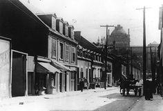 """Montréal 1915. Rue Cadieux >Sud, depuis rue de La gauchetière.  Archives du Musée McCord.    Ayant déjà porté le nom de rue Saint-Constant ,actuellement rue de Bullion. En 1915, cette rue se rendait, au Sud, jusqu'à la rue Craig (rue Saint-Antoine) qu'on entrevoit au loin à droite .Elle était bordée d'anciennes maisons à logements jumellées à des commerces au rez-de-chaussée. Ce secteur a déjà porté le nom de """"quartier juif """".Comparatif du 23 juin 2011… Photos Du, Old Pictures, Street View, Loin, Places, Canada, Travel, History, View Map"""