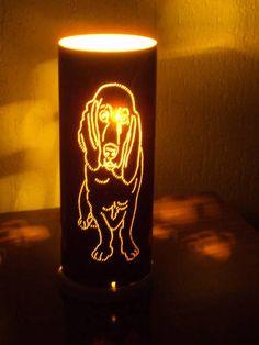 Linda luminária de cachorrinho da raça basset,está pintada na cor marrom e tem desenhos de patinhas na parte de trásque refletem na parede.