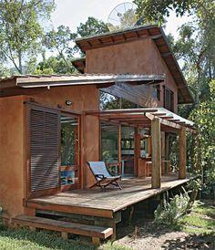 Deliciosamente compacta. É assim esta casa que tem eucalipto nos pilares e m...