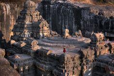 Photo Ellora - Wolfgang Weinhardt Ellorâ est un village de l'Inde, anciennement connu sous le nom d'Elapurâ, situé à 30 km de la ville d'Aurangâbâd dans l'État du Maharashtra célèbre pour son architecture troglodytique, monastères et temples bouddhistes. Ces structures ont été excavées d'une paroi verticale des collines Charanandri. Elles sont au nombre de 34, dont 12 bouddhistes, 17 hindoues et 5 jaina. La coexistence de ces structures montre la tolérance religieuse dont l'Inde a toujours…