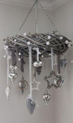 Une couronne de Noël à l'horizontale devient un joli mobile de Noël