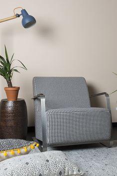 Dopřejte si dokonalou relaxaci v křesle inspirovaném retro stylem. Lounges, Throw Pillows, Retro, Home Decor, Toss Pillows, Decoration Home, Cushions, Room Decor, Decorative Pillows