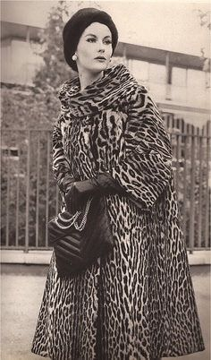 Lovely wide sleeves on this vintage leopard coat. I had one just like it in high school! Foolish to discard classic fashion if it still fits! Vintage Glamour, Vintage Fur, Vintage Mode, Vintage Beauty, 1960s Fashion, Fur Fashion, Fashion Photo, Vintage Fashion, Classic Fashion