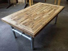Blad van pallet hout met verstekrand. Stalen onderframe. Door denkmeubels en mezelf