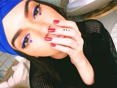DIY Kendall Jenner's Manicure: A classic red mani looks anything but ordinary thanks to a simple tribal-inspired temporary tattoo on her middle finger that you can recreate at home using a permanent marker. Maquillage Kendall Jenner, Kendall Jenner Makeup, Kendall And Kylie Jenner, Beauty Makeup, Eye Makeup, Hair Makeup, Hair Beauty, Makeup Inspo, Beauty 101