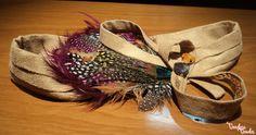 Tocado turbante con plumas de colores a un lateral.