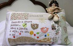 Almofada bordada com frase de música para alguém especial. Sewing Pillows, Decorative Cushions, Diy Embroidery, Applique Quilts, Home Textile, Christmas Diy, Sewing Projects, Patches, Banner