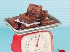 I brownie alle ciliegie sono dei deliziosi dolcetti di origine americana, semplici da realizzare e perfetti da gustare in qualsiasi occasione. Scopri la ricetta!
