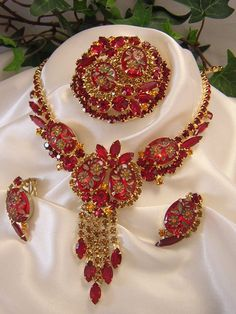 I'd LOVE this unsigned Vintage Parure :) Vintage Costume Jewelry, Vintage Costumes, I Love Jewelry, Jewelry Necklaces, Antique Jewelry, Vintage Jewelry, Inexpensive Jewelry, Gold Crown, Fancy Party
