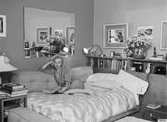 Photo: American actress Marilyn Monroe - relaxes on a sofa bed, circa The book she is reading is 'The Poetry and Prose of Heinrich Heine'. Photo by Archive Photos/Getty Images Marylin Monroe, Marilyn Monroe Bedroom, Marilyn Monroe Fotos, Marilyn Monroe House, Joe Dimaggio, Rare Historical Photos, Rare Photos, Vintage Photos, Old Hollywood Stars