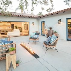 Browse mid century & modern outdoor accessories to bring effortless style with beautiful decor. Spanish Style Homes, Spanish House, Outdoor Spaces, Outdoor Living, Outdoor Decor, Outdoor Lounge, Outdoor Daybed, Mexico House, Desert Homes
