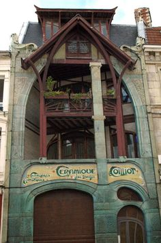 Home Art Nouveau movement of the late nineteenth and early twentieth centuries. Coillot home, one of the most representative buildings of the period is located rue Fleurus. Built by Hector Guimard in 1989 at the request of ceramist Coillot it detonates style of Lille.