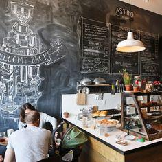 Café y espacio de pizarra para el menú.. entre otras cosas...